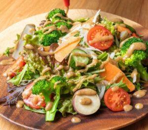 新鮮地場野菜たっぷり自家製昆布ドレッシングのサラダ